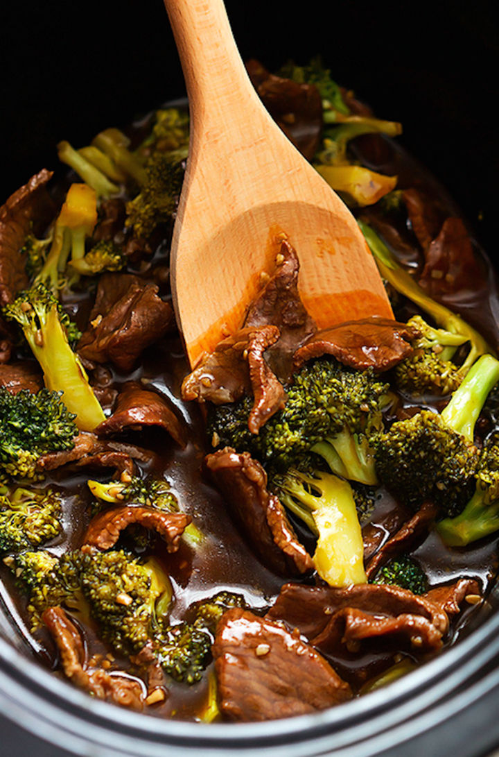 26 Crock Pot Dump Meals - Slow cooker broccoli beef.