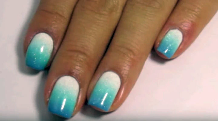 17 Gradient Nails - Blue gradient designs look even better with glitter.