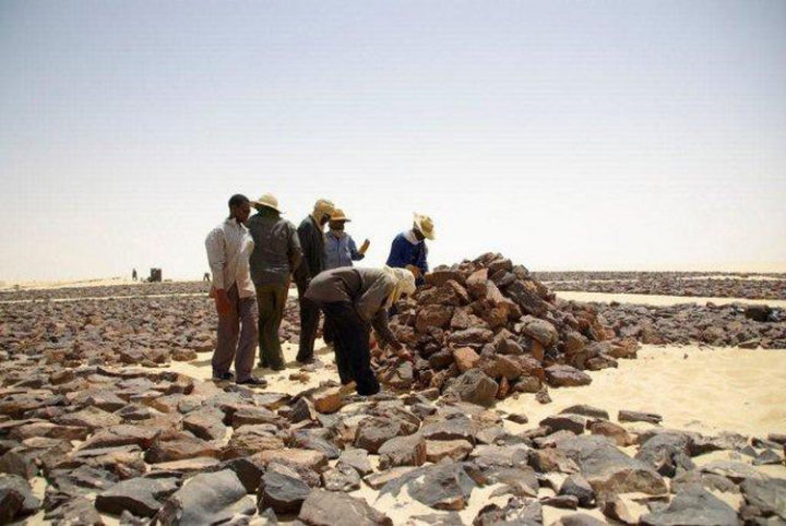 The dark stones had to be trucked to the site from over 70 kilometers away (Photo 2).