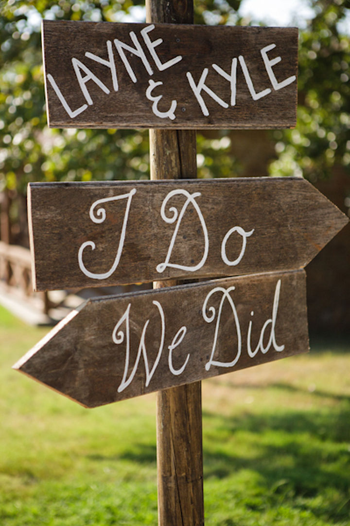 18 Wedding Signs That Are So Perfect - Directions to the wedding ceremony.