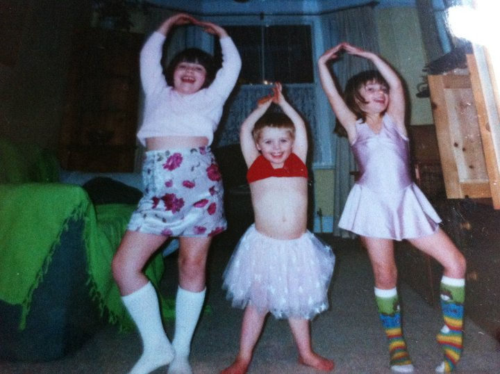19 Photos of Growing Up With Siblings - It's always more fun being silly with brothers and sisters.