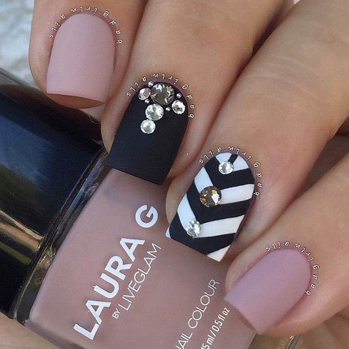 20 Matte Nails - Matte nails with a gorgeous studded chevron accent nail.