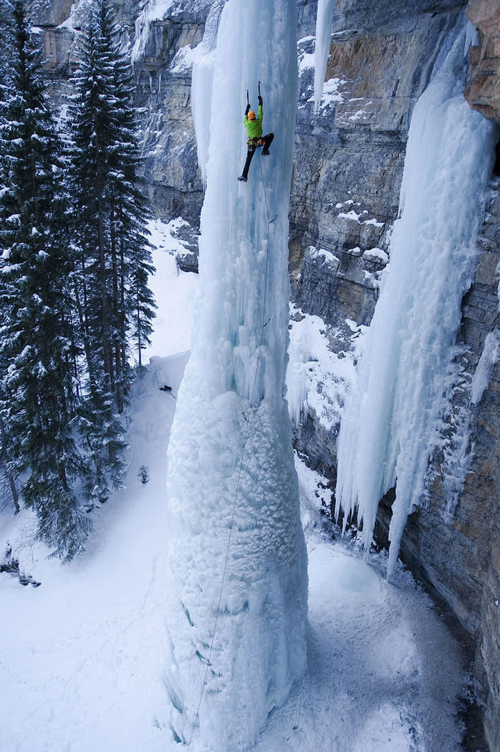 32 People Who Look Fear in the Eyes - Ice climbing a frozen waterfall.