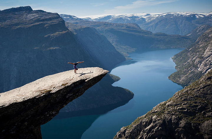 32 People Who Look Fear in the Eyes - Performing aerobics on Trolltunga in Norway.