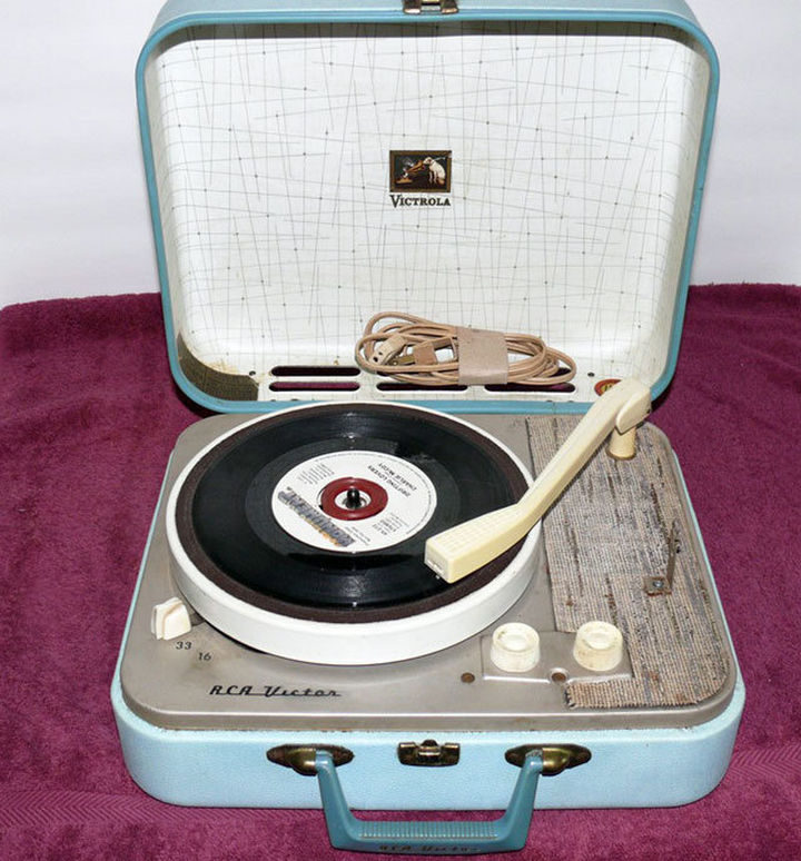 34 Things If You Grew Up in the 60s or 70s - Your record player looked like this.