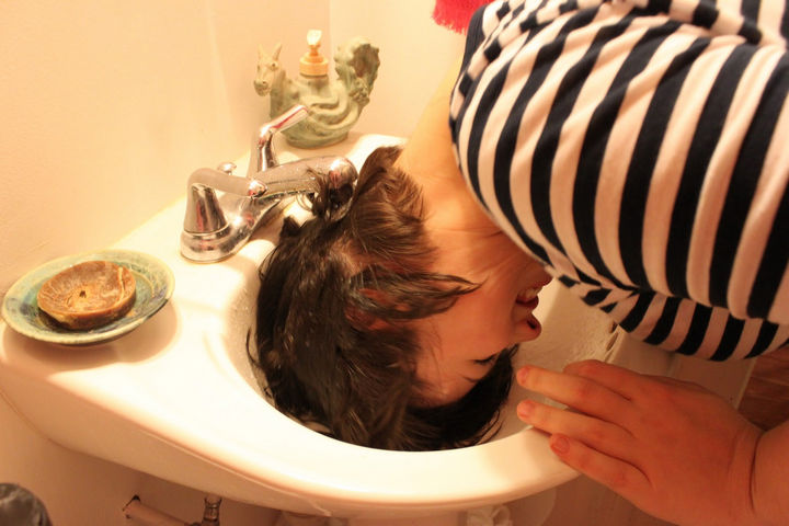25 Lazy Girl Hair Hacks - If your hair needs a wash, quickly wash your hair in the sink.