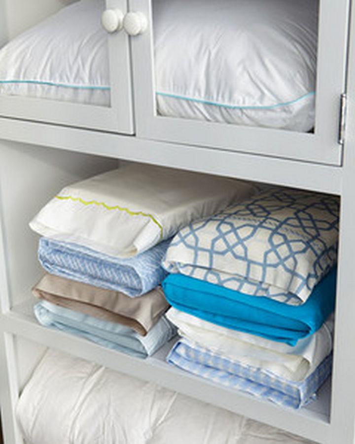 21 Everyday Life Hacks - Keep your matching sheet sets together by storing them in the matching pillowcase.