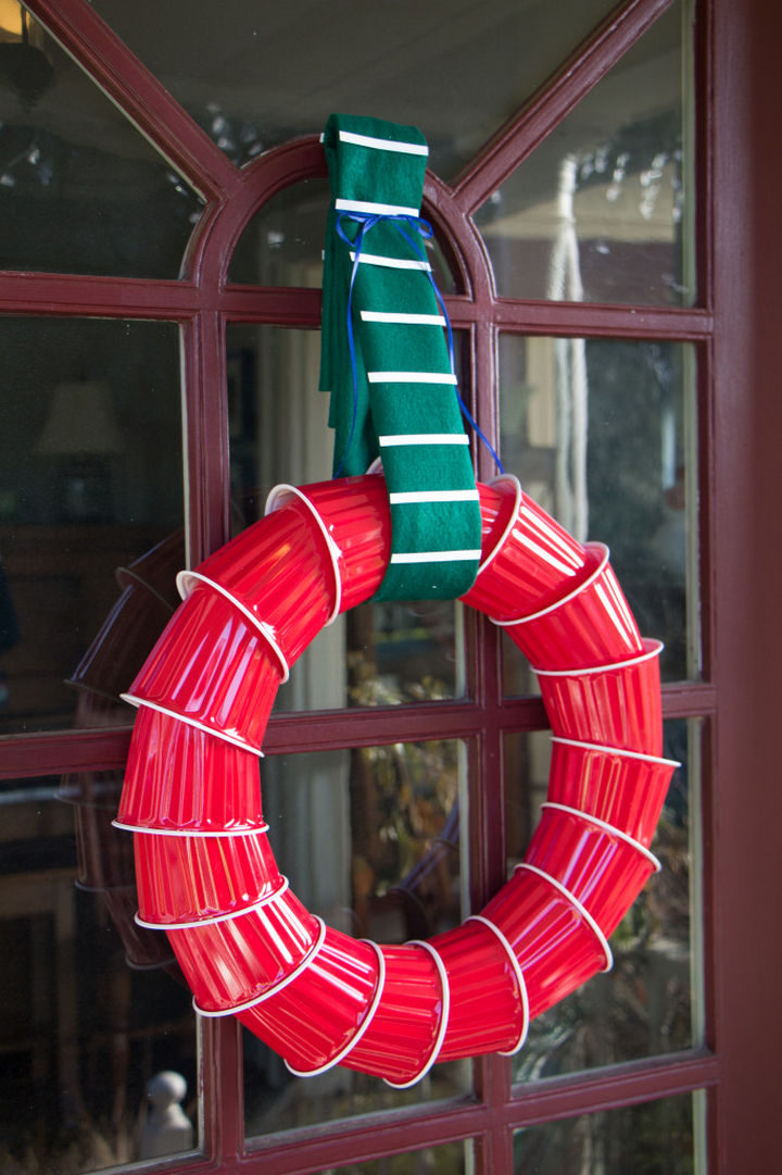22 People Feeling the Pinch at Christmas - When you have to create a DIY wreath out of Solo cups. Still looks great though!
