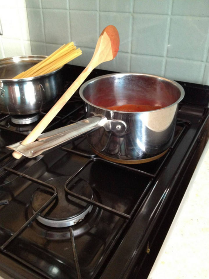 20 Everyday Life Hacks - The hook handle on your pots and pans double up as a spoon rest.