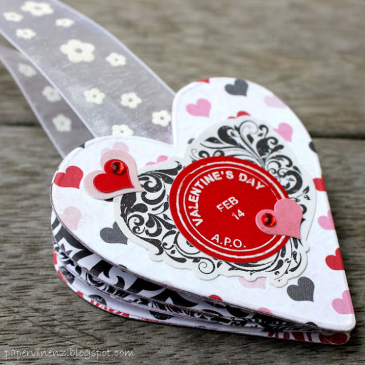 27 DIY Valentine's Day Crafts - Give Valentine's Day bookmark albums.