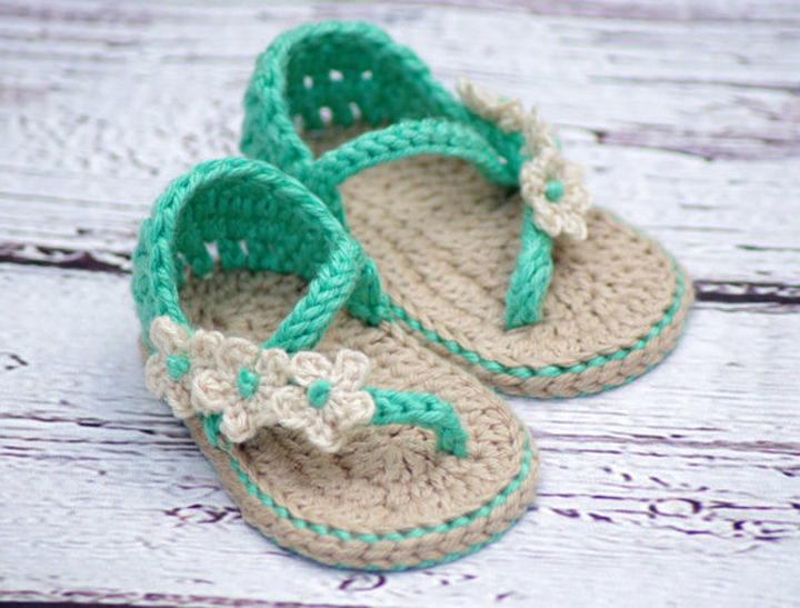 These crochet baby sandals are just too cute.