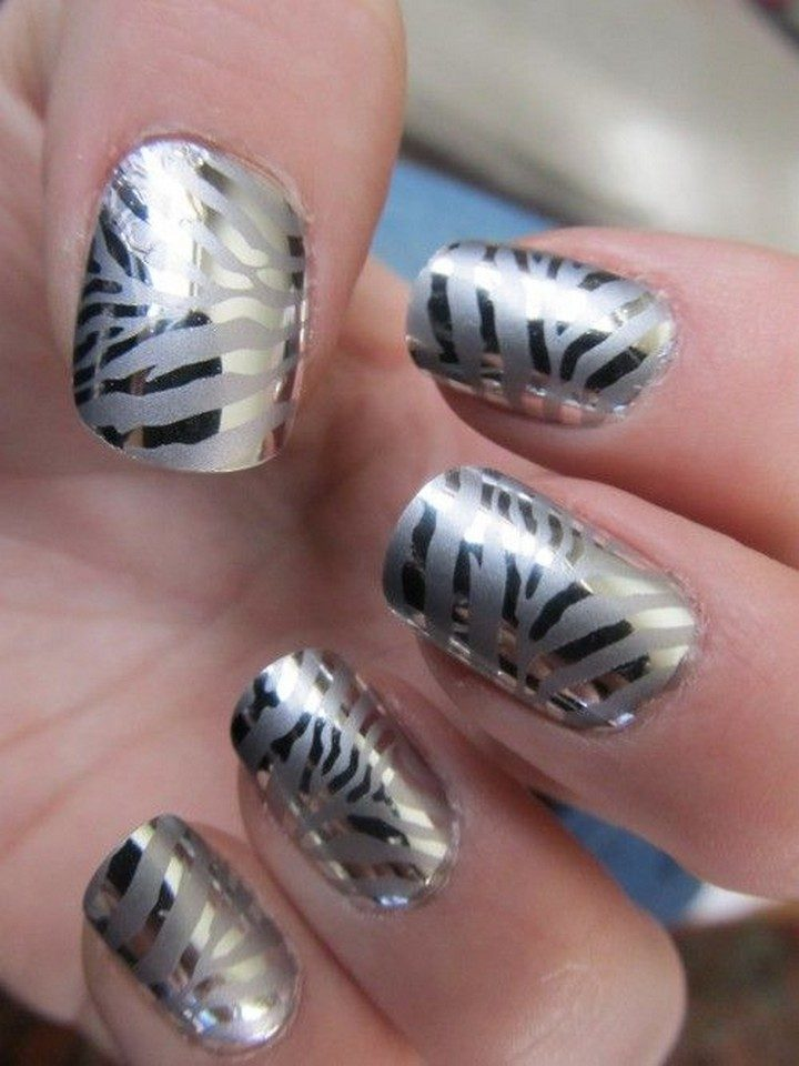 17 Chrome Nails - Gotta love these chrome zebra nails.