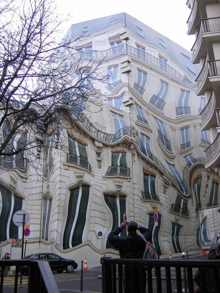 18 Perfectly Timed Photos - The Hausmannian building in Paris is melting.