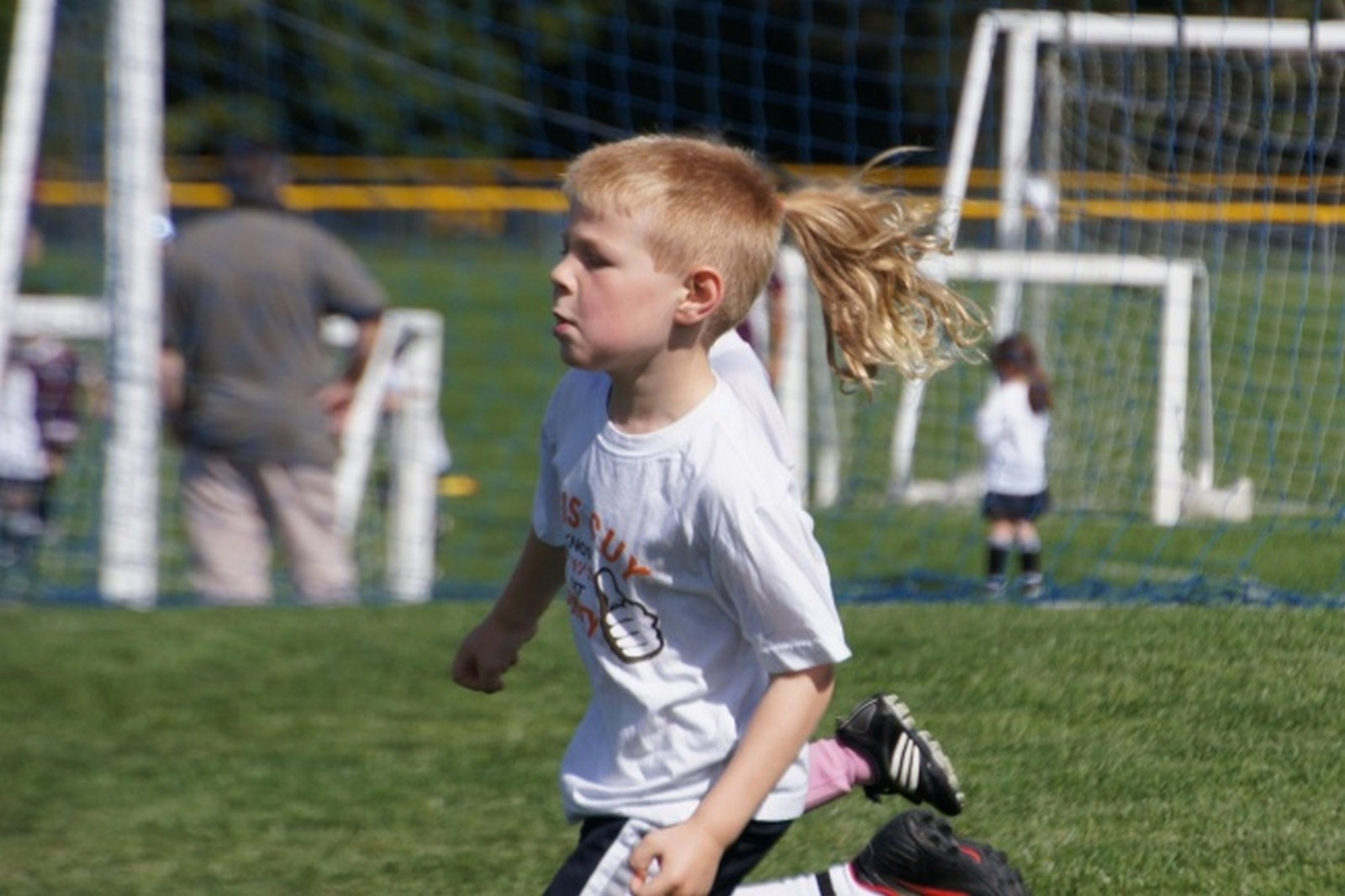 18 Perfectly Timed Photos - He's making a beauty statement on the field.