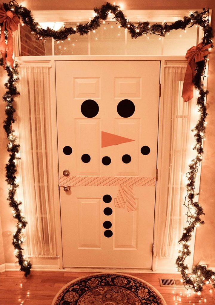 27 Lazy Christmas Decoration Ideas - Last minute snowman door decoration.