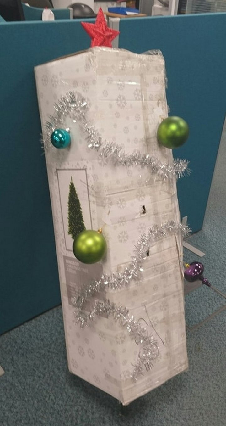27 Lazy Christmas Decoration Ideas - Christmas tree box looks so pretty!