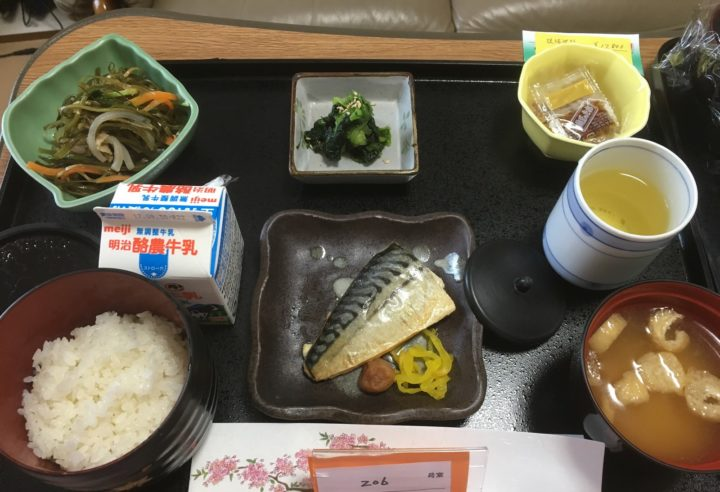 Mackerel, konbu salad, natto, spinach salad, miso soup, rice, milk, and green tea.