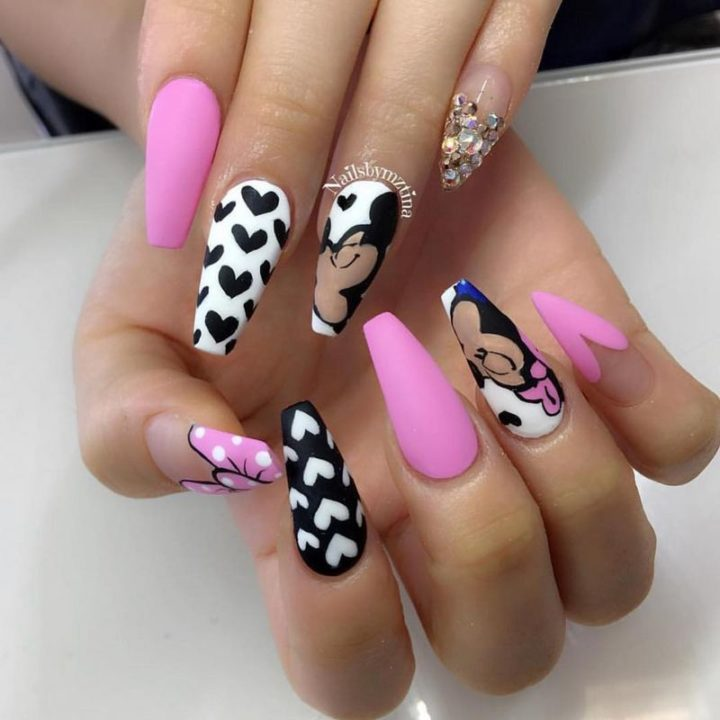 Cute Valentine's Day nails.
