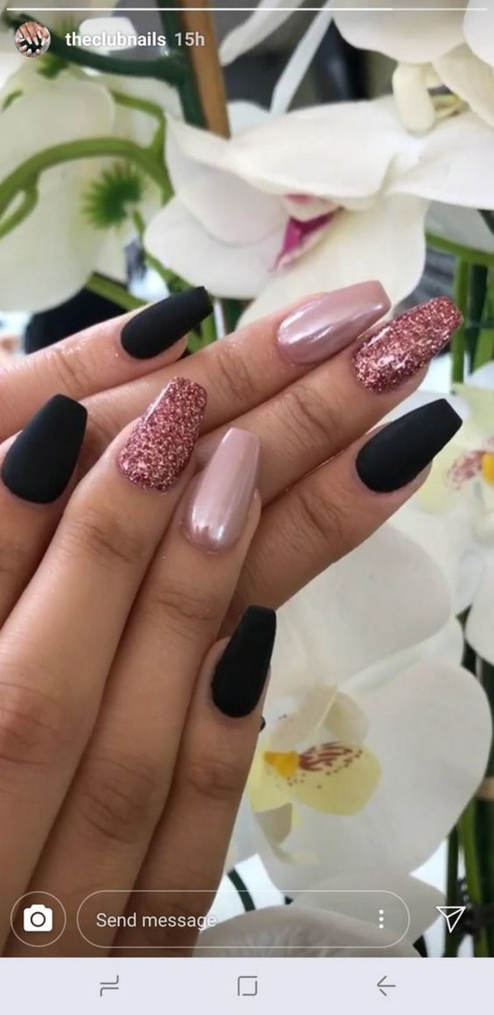 Black nail art with pink glitter looks gorgeous!