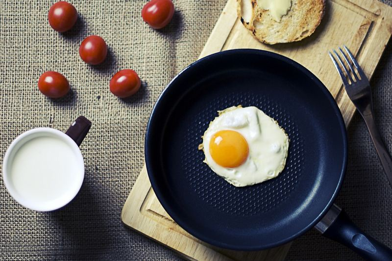 """27 Astonishing Life Hacks - """"If you find that your eggs are sticking to your lightly oiled pan, instead of adding more oil, try waiting for your pan to cool down before trying to remove the eggs. You can make the unsticking process go faster by cooling your pan down on a damp kitchen towel, but this may not be good for your pan."""""""